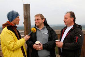 Markus Schaldach (Mitte) und Frank Schröter (rechts) - hier mit Ivo Ziemann (Antenne Brandenburg) auf dem Löwendorfer Aussichtsturm