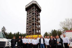 Das Team von Schaldach & Schröter vor dem Löwendorfer Aussichtsturm
