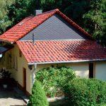 Wohnhaus - Schieferfassade, Ziegeldach, Vordach mit Plexiglas, Schornsteinverkleidung mit Naturschiefer