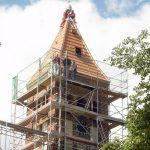 Dachneueindeckung Kirche Gröben mit Kirchturmspitze