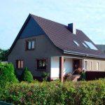 Wohnhaus - Ziegeleindeckung, Schieferfassade und Schornsteinverkleidung mit Naturschiefer
