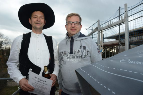 Zimmerermeister Rene Kracht (links) und Bauherr Michael Koskar - Foto: Margrit Hahn